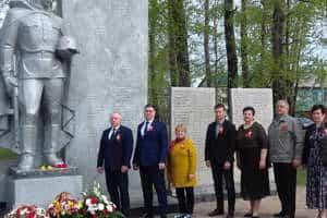 Церемонией возложения цветов к обелискам началось сегодня празднование 75-й годовщины Великой Победы на территории Смидовичского района.